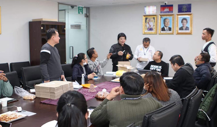Long Dimanche speaks to Cambodian people in South Korea
