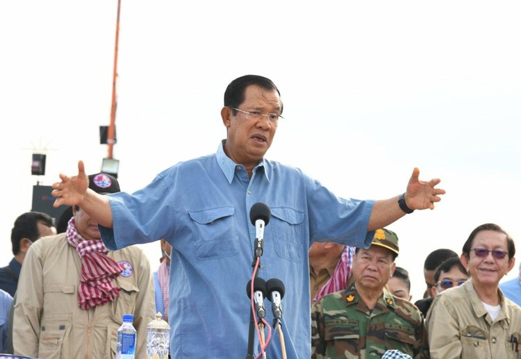 PM Visits And Distributes Donations To Flood Victims In Banteay Meanchey Province